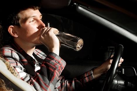 dzērājs pie auto stūres